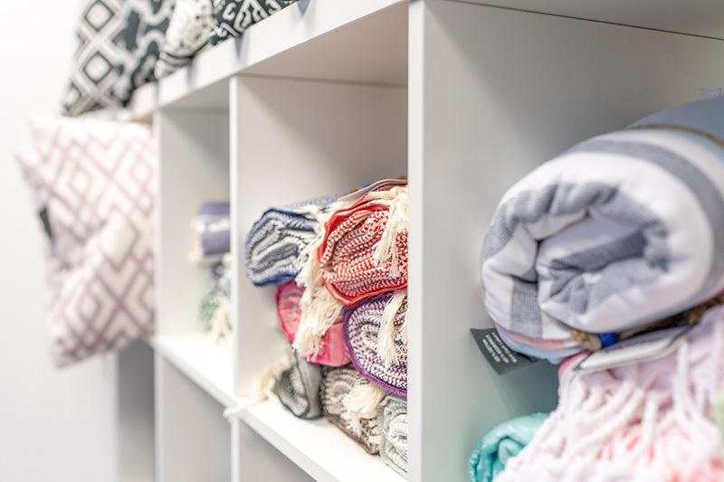 Auswahl an Heimtextilien wie Kissen und Decken in unserem Fachgeschäft in Schröttinghausen nahe Bielefeld